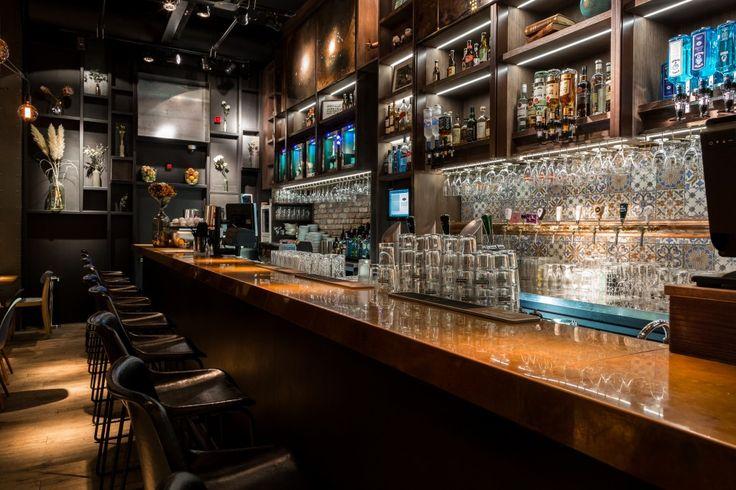 Bar Jackson Dubois Amsterdam - deze stijlvolle bar is een ode aan de herinneringen van een wereldreiziger. Met bijzondere champagnes, hop- en grapetails en streetfood