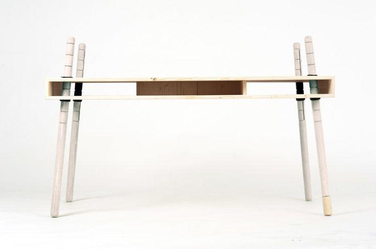 Kinderschreibtisch, höhenverstellbar und aus massivem Fichtenholz; die Oberfläche ist weiß gebeizt; Tischfüße ebenfalls aus Fichtenholz, weiß gebeizt; schrägstellbare Tischplatte durch Versetzen der Beinhöhe,