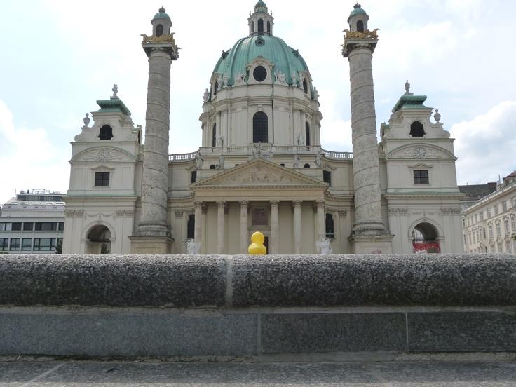 Da seht Ihr die Karlskirche, das größte Barock-Gebäude der Stadt. Sehr beeindruckend. Zumindest von außen.