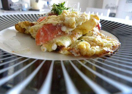 En enkel omelett att slänga ihop på morgonen, med mottot: man taget vad man haver. Med keso och tomat.