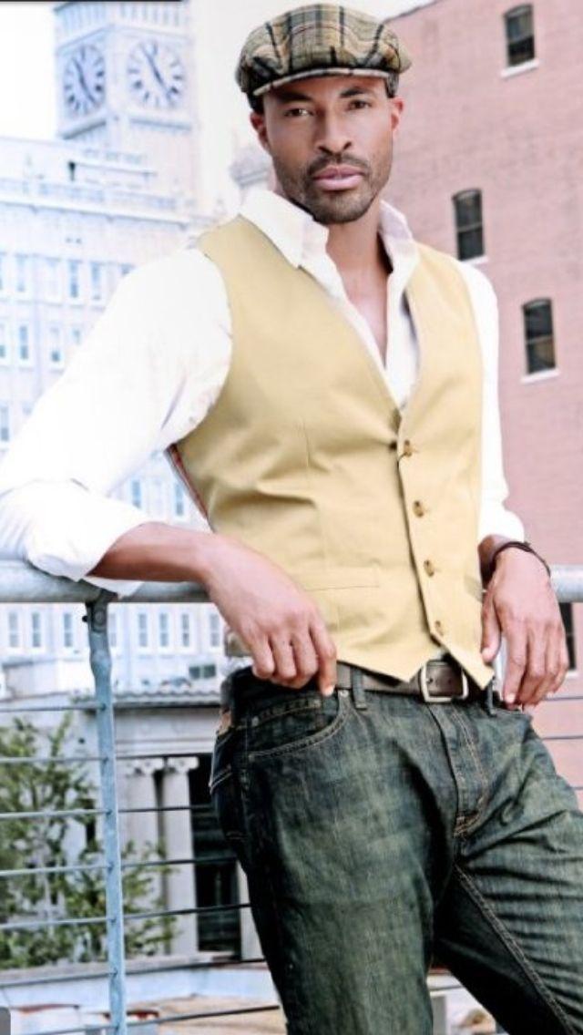 Acheter la tenue sur Lookastic:  https://lookastic.fr/mode-homme/tenues/gilet-chemise-a-manches-longues-jean-casquette-plate-ceinture/12807  — Casquette plate écossais brun  — Chemise à manches longues blanc  — Gilet brun clair  — Ceinture en cuir brun foncé  — Jean olive