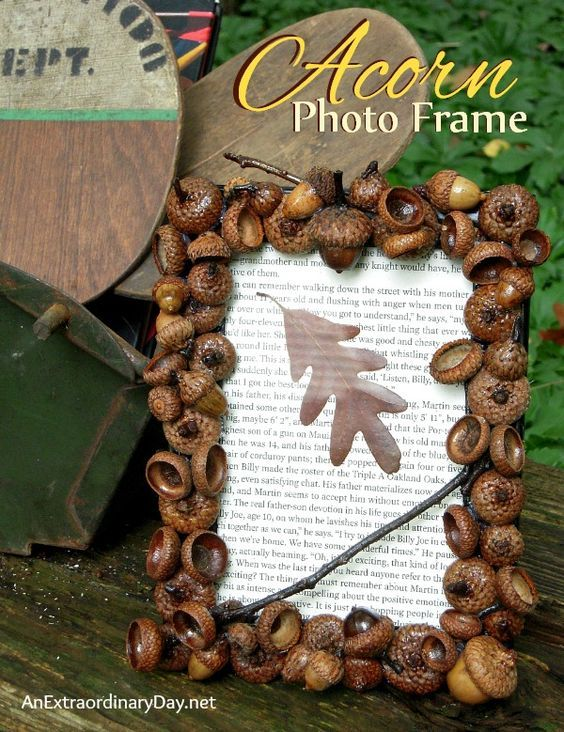What to do with that plethora of acorns in the yard? Create a DIY Acorn Photo Frame. Make several and give them for gifts with a fall family photo.: