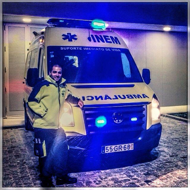 SELFIE DE BUENAS NOCHES, desde PORTUGAL !!  Desde su base en Moimenta da Beira, el seguidor @mrmalaquias, nos envía saludos y ánimo para esta nueva guardia.  Muy buenas noches y buena guardia a los que quedáis de servicio cuidándonos. Boa noite e boa guarda vigiando aqueles que permanecem em serviço.  #ambulancia #emergencias #tes #tts #siv #sva #svb #inem #portugal. http://www.ambulanciasyemergencias.co.vu/2015/08/INEM.html