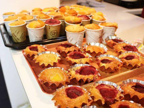 ケーキ作りの道具がない、オーブンがない、時間がない、だから作れない!・・・なんてもう言わせません。道具も材料も特別なものは使いませんので、ぜひ挑戦してみて下さい。 一般的なケーキに使う材料(小麦粉・卵・牛乳・バター)を一切使わず、グルテンフリーも実現。よって、卵白と小麦たんぱく(グルテン)不使用なので、超・高たんぱくケーキとは言い難いですが、バナナとホエイプロテインをメインにした、ナチュラルでフルーティなケーキです。 焼き菓子用のベーキングケースで焼いて良し、紙カップで焼いて良し。ロールケーキ…