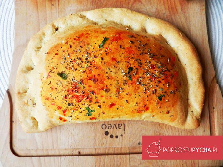 Calzone jest to pizza w kształcie pierożka, a nadzienie jakie do niej dacie zależy tylko od Was i zasobów Waszej lodówki. Świetnie się sprawdzi w formie na wynos.