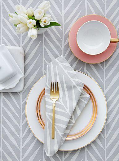 Un design signé Samantha Pynn en exclusivité pour Simons Maison     Aussi élégant que saisissant, ce motif blanc et gris évoque la délicatesse des roseaux. Pour les grandes occasions, dressez la table avec un service d'ustensiles or et de la vaisselle en porcelaine. Pour une ambiance plus conviviale, optez plutôt pour de la vaisselle en grès d'une couleur terreuse.    Serviette de table coordonnée également disponible