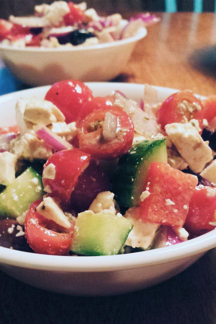Salade grecque (une vraie) - Bibitte à Bouffe #salade #saladegrecque #legumes #vege #lowcarb #lchf #sanssucre #sansgluten