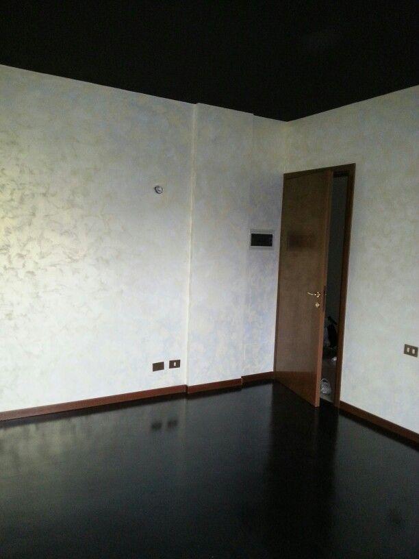 Pareti decorate con pitture perlescenti e pavimento in resina