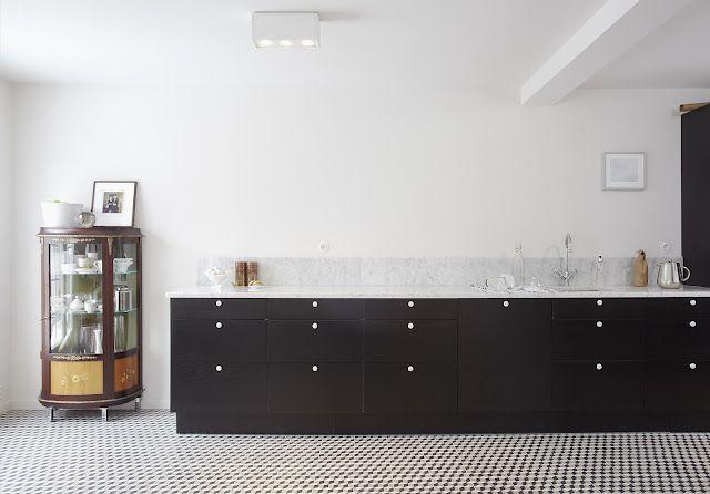 Zwarte keuken, marmeren spatwand, penny tiles