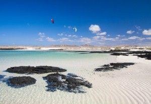 Las cristalinas aguas de las playas de Fuerteventura en las Islas Canarias, España