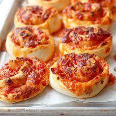 """ZWIJANE BUŁECZKI PIZZOWE """"Pizzetki"""" z salami lub szynką, serem i sosem pomidorowym."""