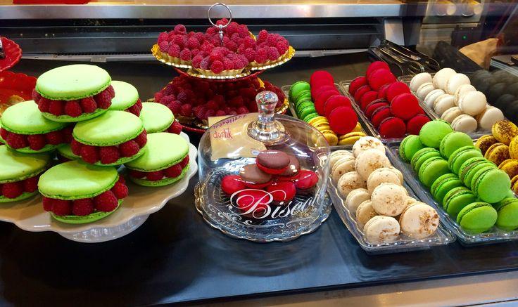 Sladké letní dezerty v našich cukrárnách. V nabídce máme MAXI makronky s čerstvými malinami, makronky a toskánské dortíky.