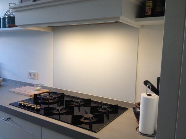 DIY: glazen spatwand gemaakt van matglas met een witte coating. In standaard maten voor achter het fornuis. Vanaf € 89,00 via Glazz.nl