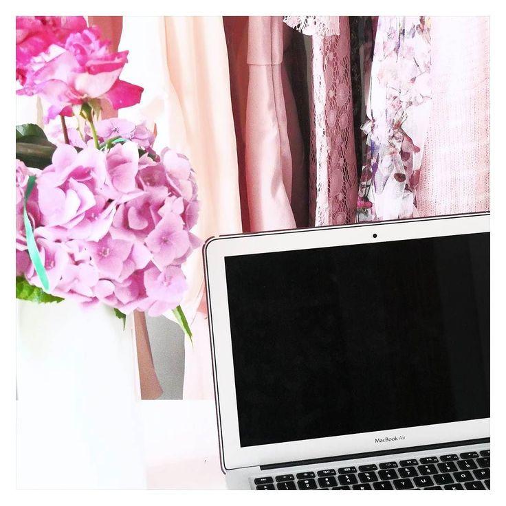Hej Jak tam poniedziałek ? U mnie pracowicie bo szykuje dla Was posty na kolejne dwa tygodnie. Chciałam porobić trochę zdjęć ale pogoda u mnie jest tragiczna.  Może jutro będzie lepiej.  Dobrego dnia   #work #macbookair #pink #clothes #flowers #kwiaty #ubrania #praca #beautyblogger
