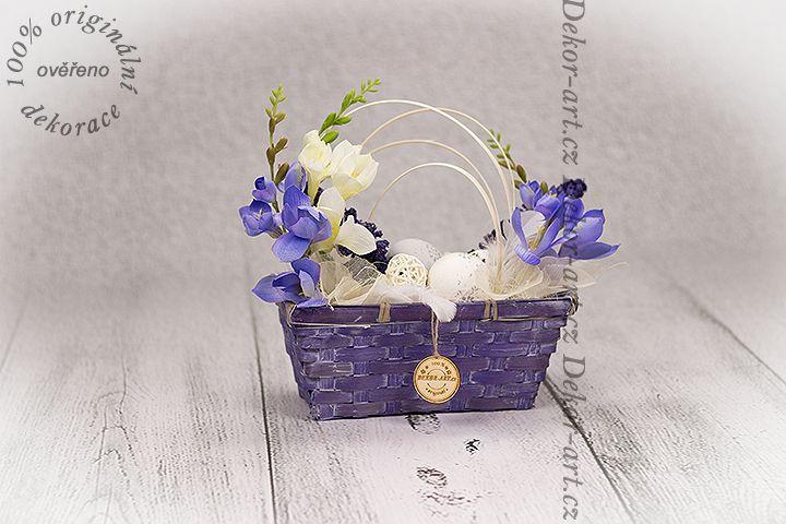 Krásný proutěný #jarní košíček s #velikonočními vajíčky a fréziemi.