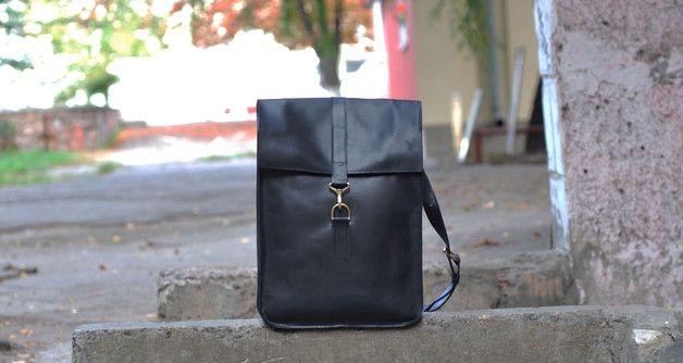 **_Handgefertigter Leder-Rucksack schwarz_** Ausstattung: - ein geräumiges Hauptfach - eine Innentasche auf der Rückseite 18*15сm groß - Riemen 2,7cm breit Der Rucksack wird durch Druckknöpfe...