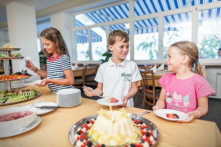 ubytování u Máchova jezera www.hotelport.cz  PANORAMA RESTAURANT nabízí bohaté snídaně a večeře formou bufetu a vedle uspokojení chuťových buněk i nádherný výhled na Máchovo jezero, to buď přímo z restaurace nebo z TERASY.  Více informací naleznte zde: http://www.hotelport.cz/restaurant/ http://www.hotelport.cz/ubytovani-a-sluzby/