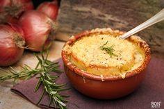 Heerlijk warm worden met een kop vers gemaakte uiensoep. Deze soep of een ander soep zelf maken? Kijk dan eens op BonApetit!
