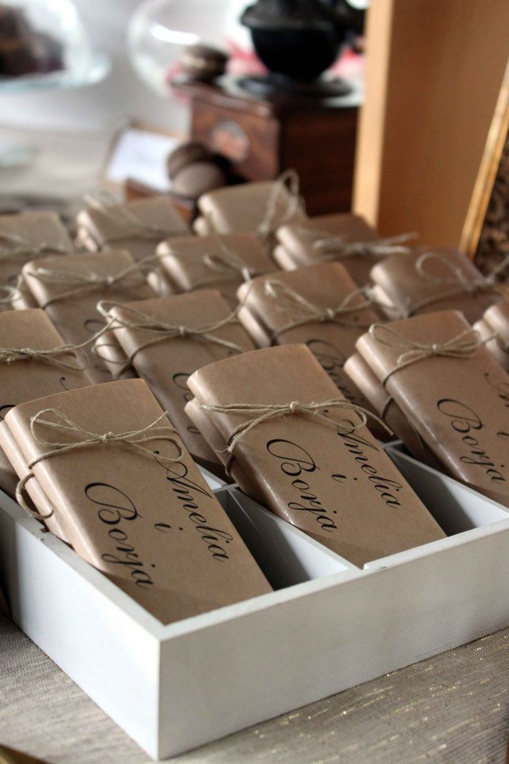 Chocolatinas personalizadas: Mesa dulce para una boda rústico-chic, en blanco, craft y dorado // Candy bar for a rustic-chic wedding, with white, craft and gold colours