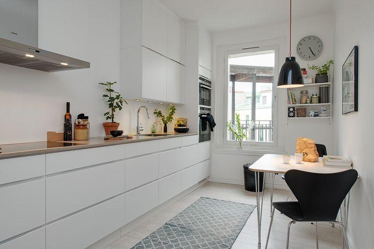 Strakke, witte keuken. Meer wooninspiratie op mijn interieurblog http://www.interieurinspiratie.nl/