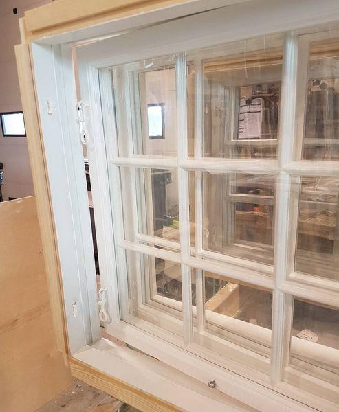 Stabbursvinduer med ekte linoljekitt og maling, ren kjerneved og slanke sprosser og rammer! #vinduer #gamlehus