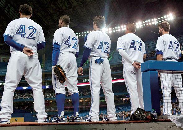 한국 야구에도 재키 로빈슨은 많다 [2013.08.19 제974호]       [S라인] 인종차별 역사 잊지 않으려 첫 흑인선수 기리는 메이저리그 명멸한 스타와 감동의 이야기들 우리도 야구사에 남겨야