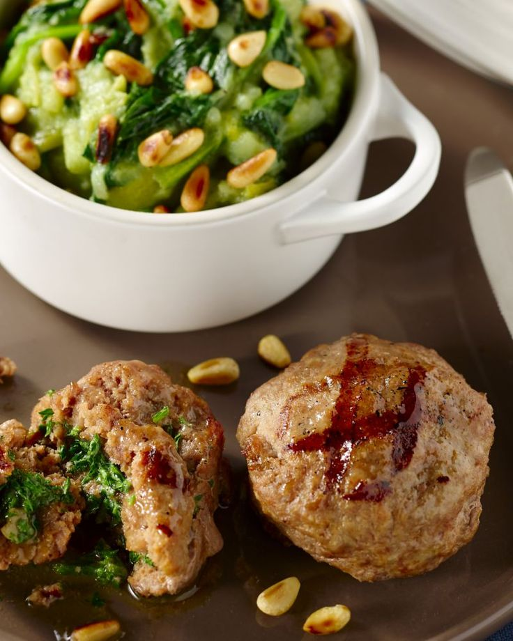 Spinaziestoemp wordt nog lekkerder met zelfgemaakte hamburgertjes erbij. De pijnboompitjes zorgen voor een crunchy effect. Voor op een winteravond!