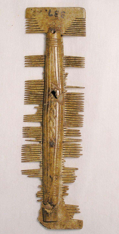 Mieszkańcy grodu gnieźnieńskiego do perfekcji opanowali obróbkę m.in. kości i poroża, wytwarzając z nich różne przedmioty. Kość i poroże, odpowiednio zmiękczane, dawały się obrabiać m.in. w płaskie, cienkie płytki, które dodatkowo można było pokryć rytą dekoracją. Przykładem umiejętności naszych przodków, są pochodzące z wczesnego średniowiecza, grzebienie. Montowano je z wielu płytek, wyciętych w liczne zęby, spajanych w całość zdobionymi okładzinami, łączonymi za pomocą nitów.