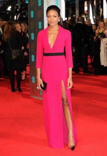 H Βρετανίδα ηθοποιός με κοραλλί low-cut φόρεμαGucci καιChristian Louboutin 'Miss Rigidaine' γόβες. #Bafta