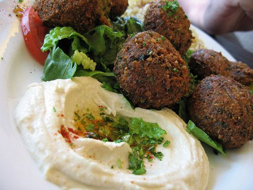 Falafel : Bolitas fritas de garbanzo, perejil, cilantro, comino, y aceite de oliva con nuestra salsa de yogurt y dátiles. ¡¡Para mojar!!