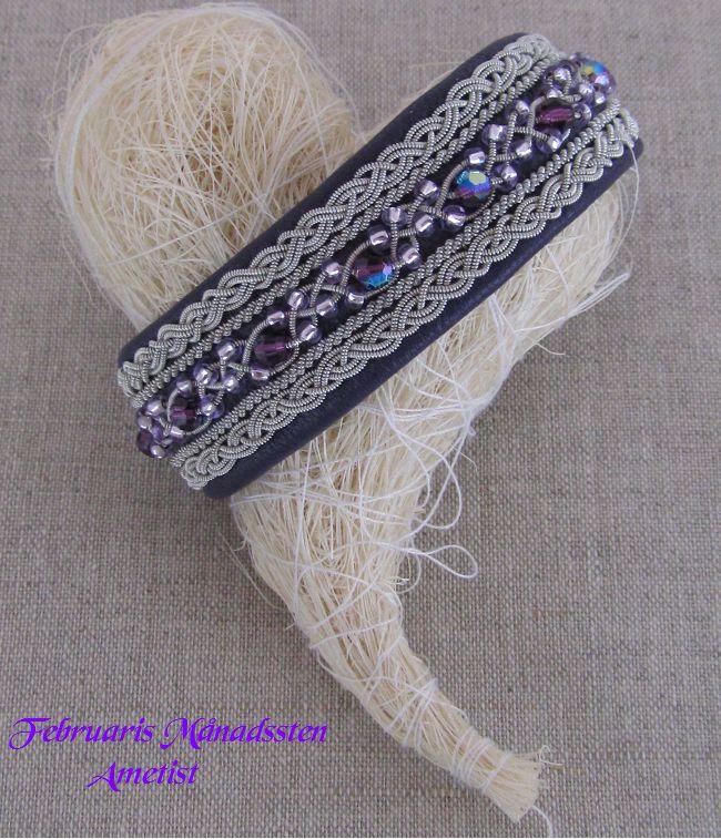 Swarovskipärlor i tenntrådsfläta och silver pärlor Bredd ca.1,7 cm med renhornsknapp Februaris Månadssten Ametist