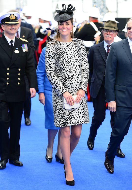13 Ιουνίου 2013: Κατά τον τελευταίο μήνα της εγκυμοσύνης της η Kate Middleton για την τελετή καθέλκυσης ενός νέου πλοίου των Princess Cruises η Kate έδειχνε εκθαμβωτική με παλτό με Dalmatian-print από το Λονδρέζικο κατάστημα Hobbs και καπέλο από της Sylvia Fletcher.