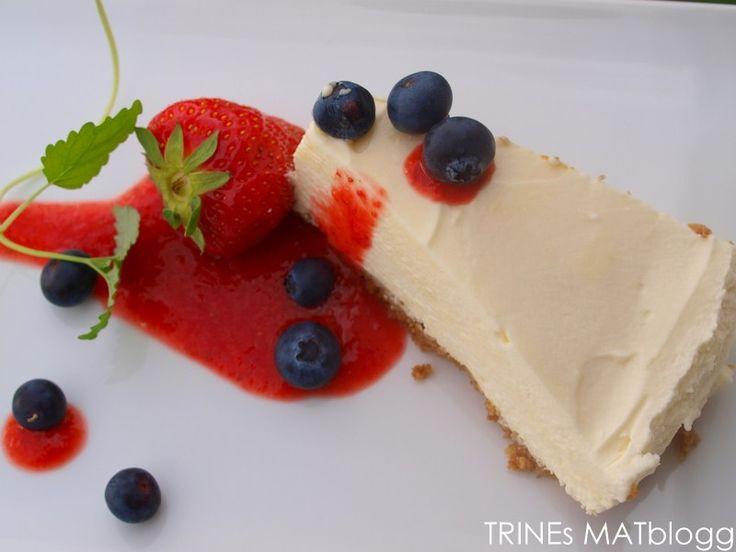 Jeg har fått flere forepørsler etter oppskrift på en god ostekake, og her kommer den. Det er en syrlig ostekake smaksatt med pasjonsfrukt- og appelsinjuice og servert med en frisk og god jordbærsau…