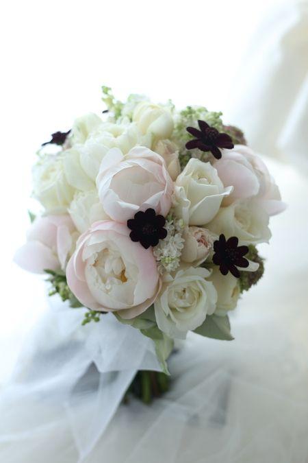 クラッチブーケ シャクヤクとチョコレートコスモス 帝国ホテル様へ : 一会 ウエディングの花
