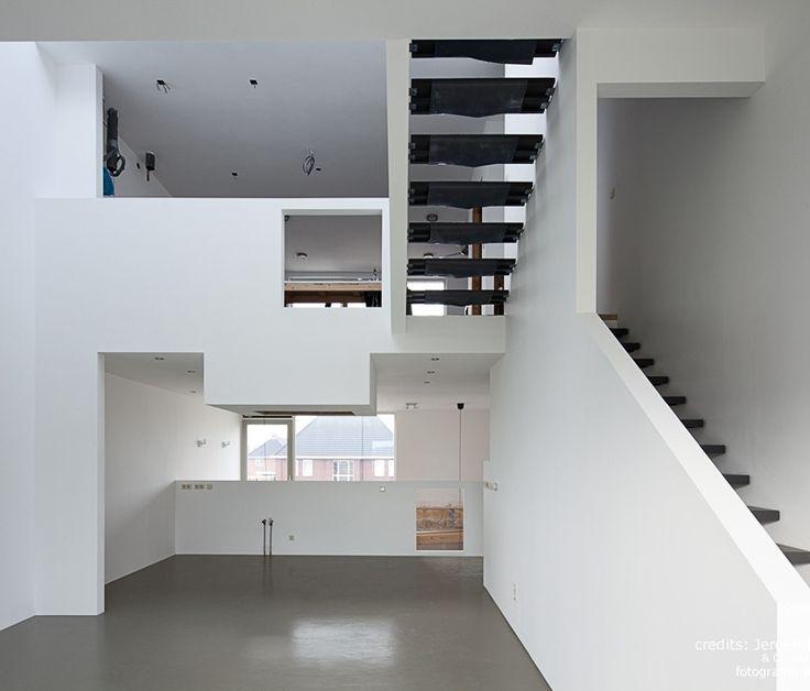 living op 1e en 2e verdieping // Deze woning is als een continue ruimte ontworpen. Er zijn twee zones gecreëerd, die in elkaar grijpen en over elkaar schuiven; de zone van het werken en de zone van het wonen. Deze twee L-vormige volumes vormen samen het totale huis. Projectdimensies: bruto vloeroppervlak: 190m2 vloer + 30m2 vides + 31m2 dakterras; hoogte: 13,5 m Adres Jean Desmetstraat 10 1325 PH Homeruskwartier Almere Poort Jaar van oplevering 2011