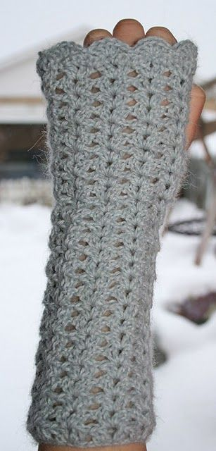 Crocheted wrist warmers You can find the tutorial in the sidebar. and more… | We Know How To Do It
