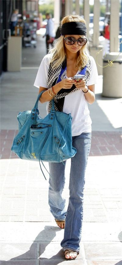 love this laid back cali look. white v-neck tee, jeans, graphic scarf, big colorful bag.
