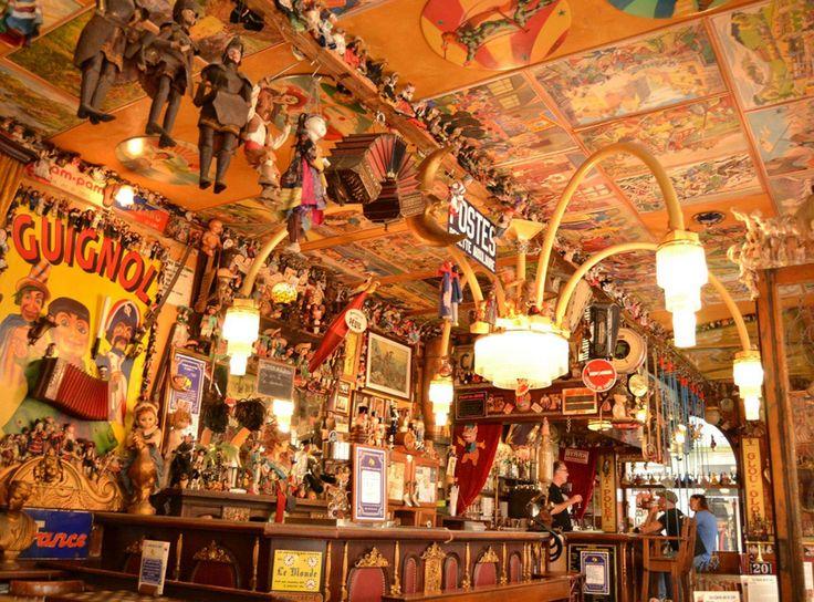 La Java,  Bon déjà le nom annonce la couleur : LE CAFÉ DU COIN D'EN BAS DE LA RUE DU BOUT DE LA VILLE D'EN FACE DU PORT. Enfin on l'appelle aussi plus simplement la Java.  C'est simplement LE café à ne pas manquer. Il existe depuis 1820 ! Il fait partie du cercle très fermé des 200 plus beaux cafés au monde, il est classé Monument historique et Patrimoine européen – Rien que ça …