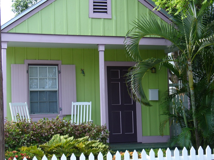 Tropical color ☀ I love the architecture and age in Key West. / Photo by Dollye Dorris