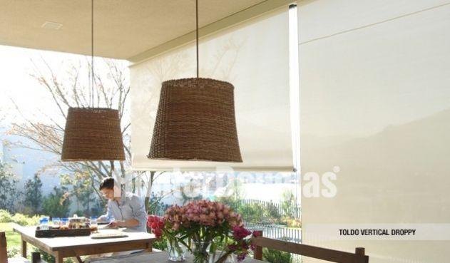 Los toldos verticales Droppy de Hunter Douglas Colombia son guiados en sus laterales por medio de cables de acero que se anclan al piso o la pared para una mayor solidez.