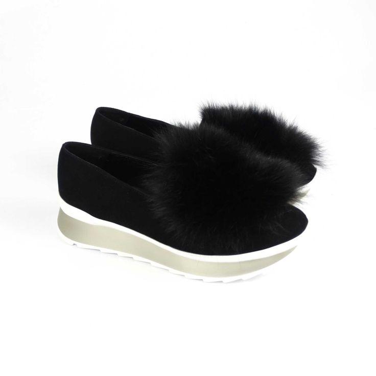 Pantofii de dama Mineli Dreamy Black sunt realizați din piele naturalăși sunt stilizați cu blanănaturală de vulpe neagră.