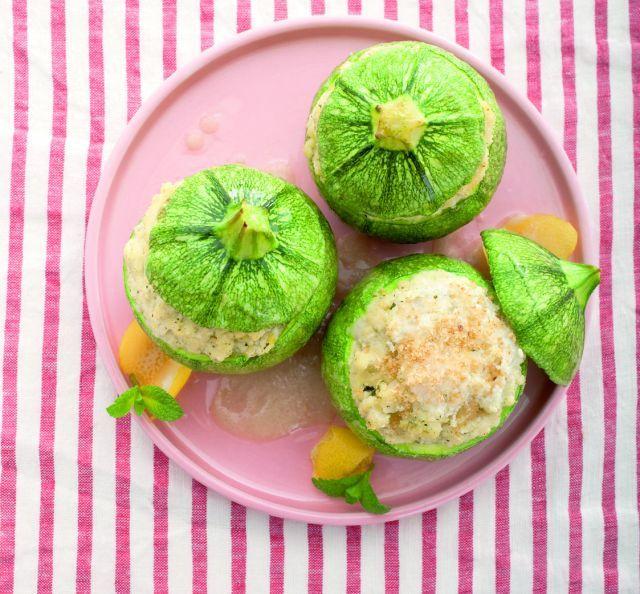 Zucchine tonde ripiene con tofu e mandorle.  Ricetta di Michele Maino Foto di Laila Pozzo. Tratta dalla rivista Cucina Naturale.