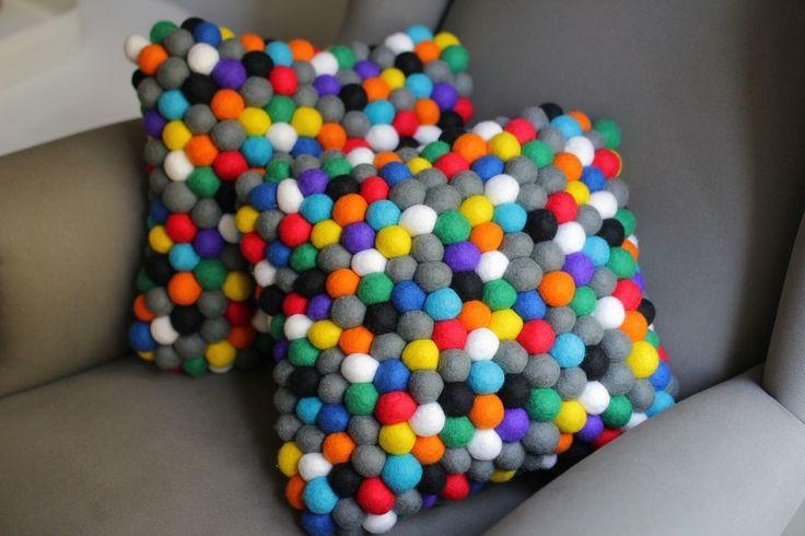 Kolorowe poduszki z filcowych kulek. Zobacz więcej na: https://www.homify.pl/katalogi-inspiracji/23892/7-niezbednych-elementow-studenckiego-mieszkania