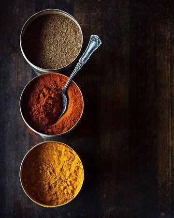 レストランで食べたおいしいカレーをお家でも作ってみたい!どうやったらあの味になるんだろう?その秘密はスパイスにあります。今回はインドカレーのようにスパイスを調合して作るカレーのレシピをご紹介いたします。いくつかの代表的なスパイスを使えば簡単♪香り引き立つ本格レシピにチャレンジしてみませんか? (3ページ目)