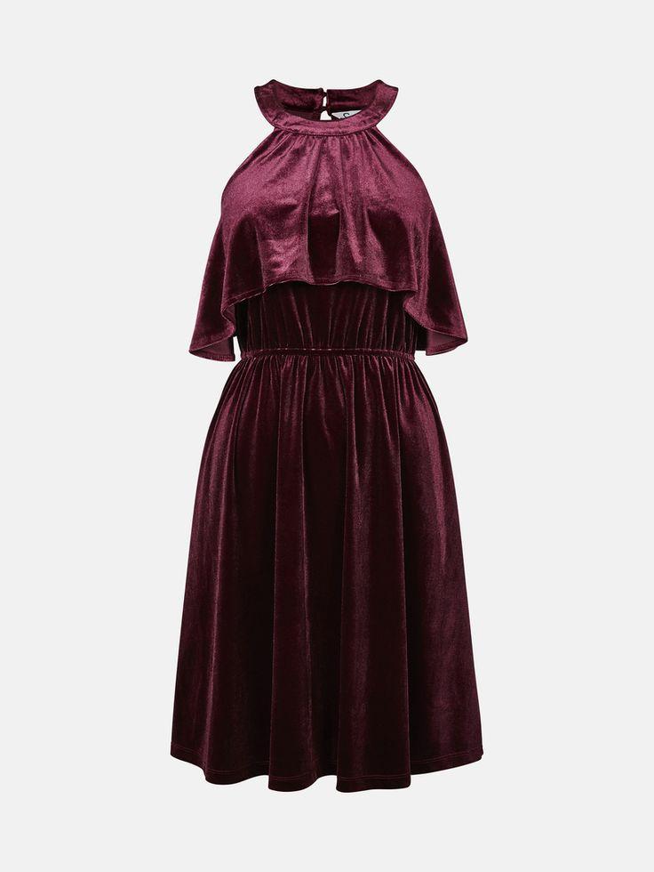 Klänning i en mjuk och fin sammetskvalitet med dekorativa kappdetaljer. Klänningen har elastisk midja och sprund bak med knappar i nacken. Mörkröd