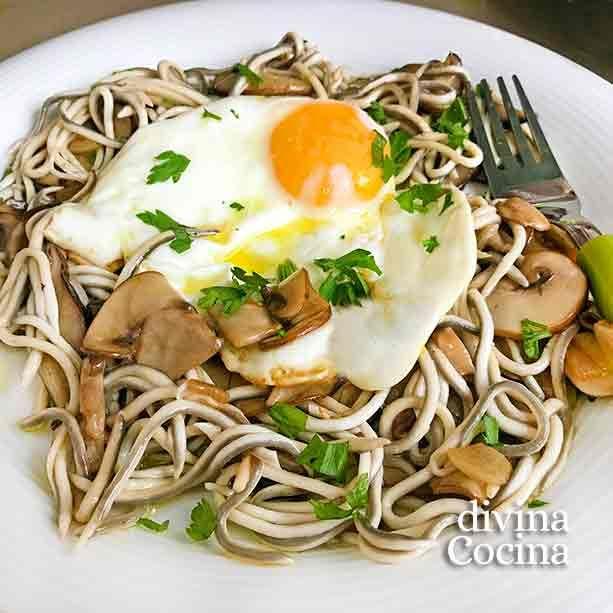 Este platillo de huevos con gulas y setas o champiñones se prepara al momento, en pocos minutos, pero siempre resulta festivo y especial.