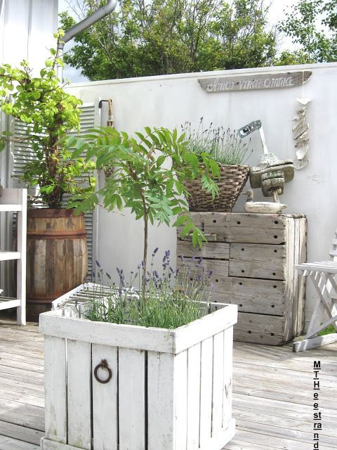 planter made from pallets. LIKE WHATS IN THE BACKGROUND TOO