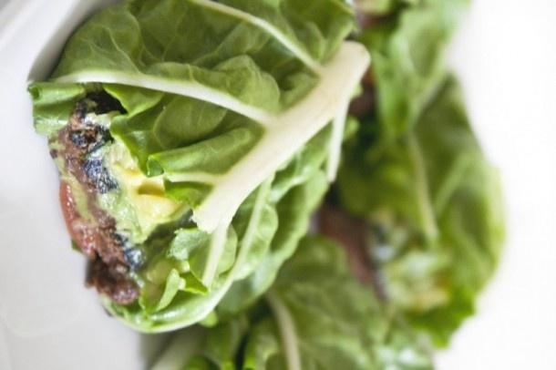 In de wrap gaat een zwarte bonenburger (te maken met dit recept of te vervangen door bijvoorbeeld een groenteburger), tomaat, avocado en zout & peper naar smaak