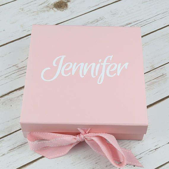 Nuestro va es que mi caja de Dama de honor es la mejor manera a tus amigos a ser su dama de honor. Rellenar con regalitos y kit de útiles de Dama de honor, incluyendo nuestras bolsas de Dama de honor, y tus amigos les encantará ayudar a planear su boda.  La caja viene con el nombre de la persona en el frente y luego cuando levante la tapa, las palabras usted será mi Dama de honor se revelan dentro.  Estas son cajas de tablero de alta calidad y esta viene en color rosa con redacción de vinilo…