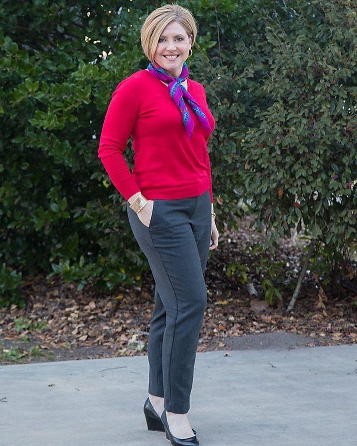 9. Para um look corporativo, aposte num suéter sequinho com calça cinza de bolso faca. Arremate com um lenço colorido. Foto: Savvy Southern Chic